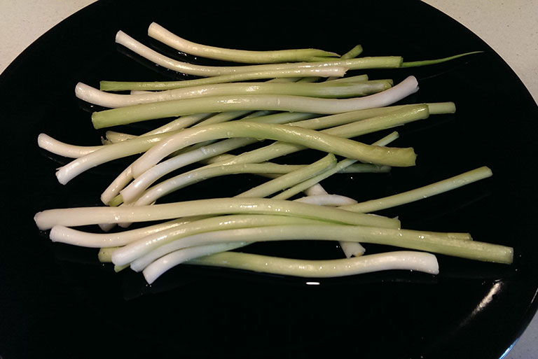 cleaned-spring-onions-on-plate